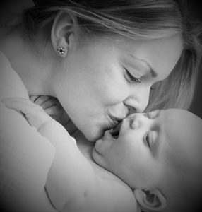 olivia-and-mummy-kiss-500